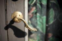 klamka przy drzwiach