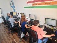 Pracownicy podczas pracy przy komputerach