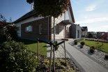 Dom to przykład dobrego połączenia tradycyjnego polskiego budownictwa z naturalną  i ekologiczną architekturą.